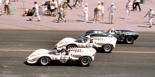 Jerry Grant in his new Lola T-70 surprised the Chaparrals of Jim 